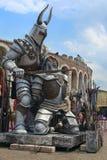 Sculpture de gladiateur devant l'arène de Vérone photos libres de droits
