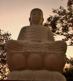Sculpture de marbre paisible en Bouddha sous le ciel de soirée images stock