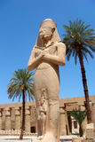 Sculpture de Pharaon avec l'épouse dans le temple de Karnak Photographie stock libre de droits