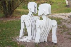 Sculpture des amants dans un style contemporain sur l'allée de paysage kiev Images libres de droits