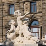 Sculpture des garçons près du bâtiment du Burg de Neue à Vienne photos libres de droits