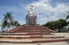 Sculpture of dolphins on the waves monument in Laem Thaen Capeat Bang Saen Beachon in Chonburi, Thailanda stock images