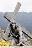 Sculpture du Christ portant la croix Photographie stock