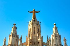 Sculpture du coeur sacré de Jésus sur l'église de cor de Sagrat en montagne de Tibidabo au-dessus de Barcelone, Espagne photos stock