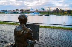Sculpture du garçon de peintre dessinant le Novgorod Kremlin devant la rivière de Volkhov dans Veliky Novgorod, Russie Image stock