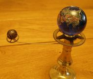 Sculpture en art de steampunk de planétaire petite pour la maison de poupées Photographie stock