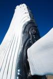 Sculpture en baleine contre le ciel bleu profond Photographie stock