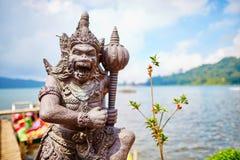 Sculpture en Balinese sur le rivage du lac Bratan Photographie stock