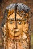 Sculpture en bois en parc sous forme de visage de la femme photo stock