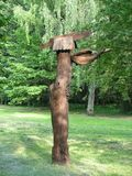 Sculpture en bois Utilisateurs de forêt R?gion de paysage dans les rayons du coucher de soleil photo stock