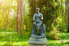 Sculpture en bronze d'euterpe - la muse de la musique et de l'éloquence, avec un rouleau dans sa main Pavlovsk, St Petersburg, Ru Photos stock