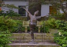 Sculpture en bronze d'un enfant enthousiaste par Gary Price à Dallas Arboretum et au jardin botanique photographie stock