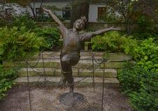 Sculpture en bronze d'un enfant enthousiaste par Gary Price ? Dallas Arboretum et au jardin botanique images stock