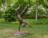 Sculpture en bronze d'un enfant faisant une roue par Gary Price ? Dallas Arboretum et au jardin botanique photo libre de droits