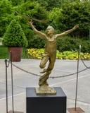 Sculpture en bronze d'un garçon avec un avion dans sa main par Gary Price à Dallas Arboretum et au jardin botanique photo libre de droits