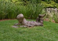 Sculpture en bronze d'un garçon avec gravure à l'eau forte un croquis par Gary Price à Dallas Arboretum et au jardin botanique photo stock