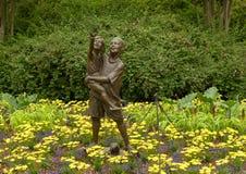 Sculpture en bronze d'un garçon tenant une fille libérant des papillons par Gary Price à Dallas Arboretum et au jardin botanique images stock