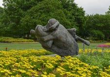 Sculpture en bronze d'un homme embrassant affectueusement une femme à Dallas Arboretum et au jardin botanique photos libres de droits