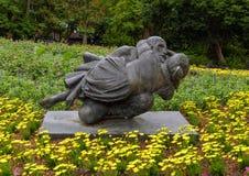 Sculpture en bronze d'un homme embrassant affectueusement une femme ? Dallas Arboretum et au jardin botanique photo libre de droits