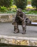 Sculpture en bronze d'un vieil homme p?chant par Gary Price ? Dallas Arboretum et au jardin botanique photo stock