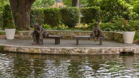 Sculpture en bronze d'une pêche de garçon et de vieil homme par Gary Price à Dallas Arboretum et au jardin botanique images libres de droits