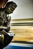 Sculpture en bronze dans la station de métro célèbre de révolution russe, Moscou, Russie photographie stock