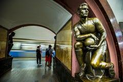 Sculpture en bronze dans la station de métro célèbre de révolution russe, Moscou, Russie photographie stock libre de droits