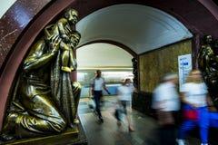 Sculpture en bronze dans la station de métro célèbre de révolution russe, Moscou, Russie photo libre de droits
