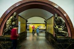 Sculpture en bronze dans la station de métro célèbre de révolution russe, Moscou, Russie image libre de droits