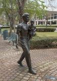Sculpture en bronze dans le Richard et l'Annette Bloch Cancer Survivors Park, Dallas, le Texas image libre de droits
