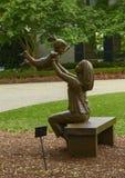 Sculpture en bronze de femme supportant un enfant heureux par Gary Price ? Dallas Arboretum et au jardin botanique image libre de droits