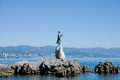 Sculpture en bronze de fille avec la mouette, Opatija Photographie stock