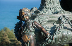 Sculpture en bronze de petits anges en parc Image libre de droits