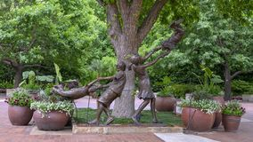 Sculpture en bronze des enfants jouant par Gary Price ? Dallas Arboretum et au jardin botanique photo libre de droits