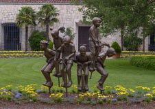 Sculpture en bronze des enfants sur des bâtons de pogo par Gary Price à Dallas Arboretum et au jardin botanique photos stock