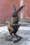 Sculpture en bronze des lièvres sur l'île de lièvres St Petersburg, Russi Photographie stock