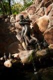 Sculpture en bronze et cascade Photos libres de droits