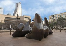 Sculpture en bronze par Henry Moore sur la plaza de Dallas City Hall images libres de droits