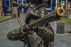 Sculpture en bronze XVII de soldat de siècle sur la place de Rembrandt dans un jour ensoleillé à Amsterdam photos libres de droits
