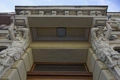 Sculpture en cariatide sur le vieux bâtiment de St Petersburg, Russie photographie stock