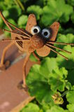 Sculpture en chat en métal dans le jardin Photographie stock libre de droits
