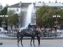 Sculpture en cheval de Vladimir Ivanovich Zhbanov au marché de Komarovsky dans les visons Belarus Image libre de droits