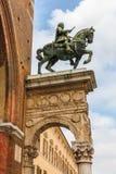 Sculpture en cheval sur la façade de la ville hôtel de Ferrare en Italie Image stock