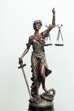 Sculpture en déesse de Themis, de femida ou de justice sur le blanc Photo libre de droits