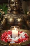 Sculpture en déité avec des pétales de fleur Image libre de droits