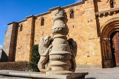 Sculpture en dehors de l'église de San Pedro à Avila, Espagne photos libres de droits