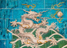 Sculpture en dragon. Mur de Neuf-dragon au parc de Beihai, Pékin, Chine Photographie stock libre de droits