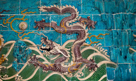Sculpture en dragon. Mur de Neuf-dragon au parc de Beihai, Pékin, Chine Images stock