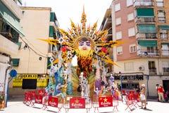Sculpture en feu de marionnette de festival de rue avec Sun Photo libre de droits