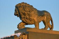 Sculpture en fonte d'un lion sur les embankmen d'Amirauté Photographie stock libre de droits